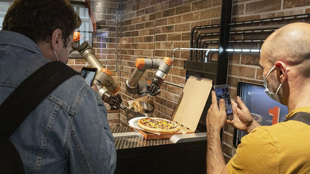 Pizza-making robot debuts in Paris - CGTN