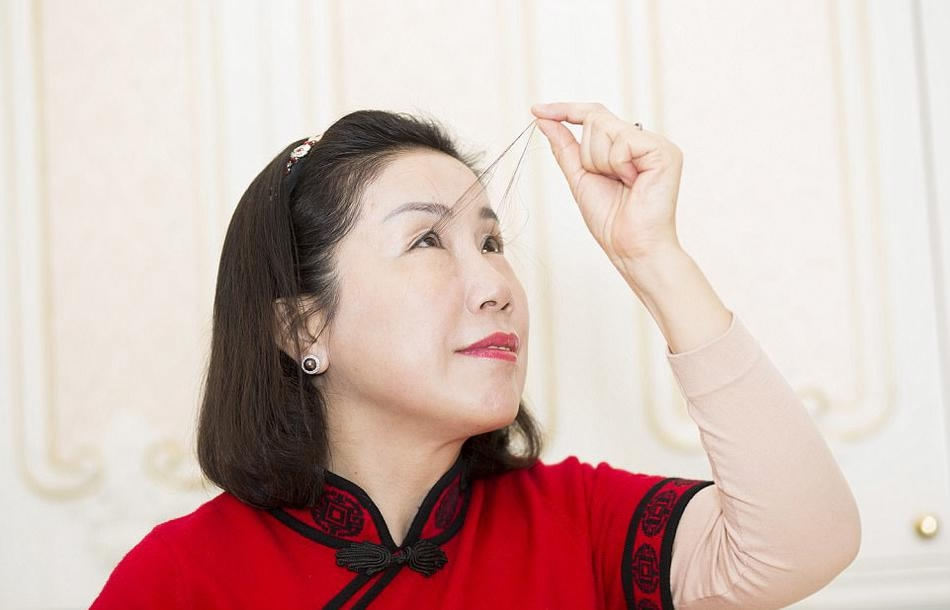 Chinese woman with the longest eyelashes, measuring 12.4 ...