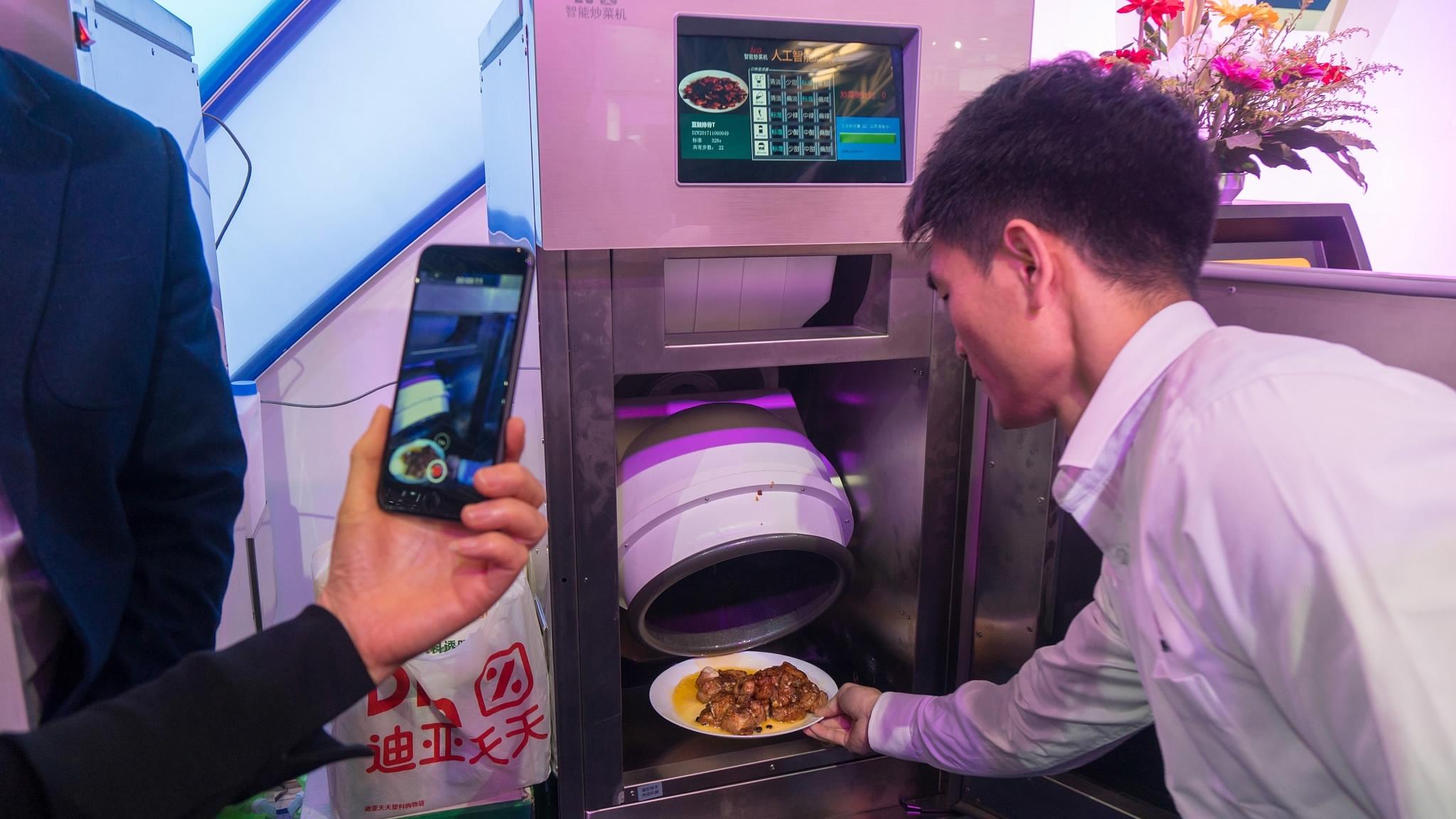 Lười nấu cơm, ông chồng dành 8 năm để chế tạo robot đầu bếp