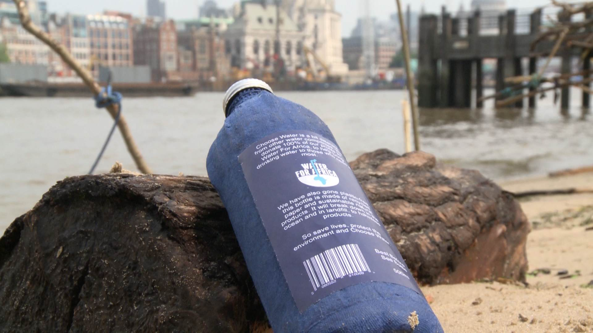 cd8ae5baa3 A plastic-free water bottle developed by the British entrepreneur James  Longcroft. /FSN Photo