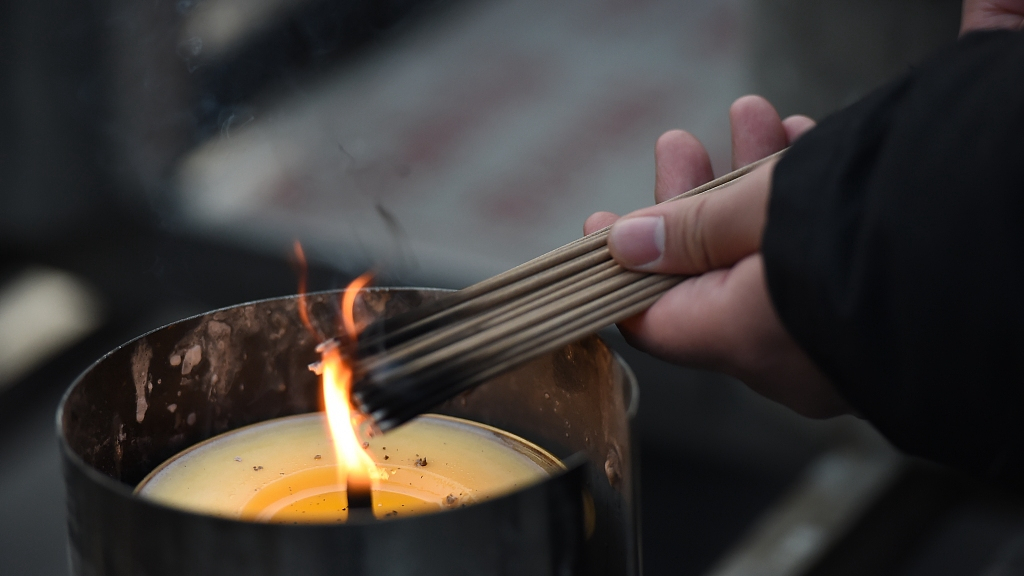 People Burn Incense And Worship Buddha For New Year S Luck Cgtn