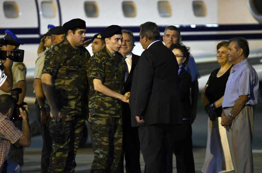 Two Greek soldiers released from Turkish jail return to